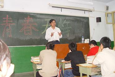郑大学生在高三二班系列班会上-郑州教育信息网 中招直通车